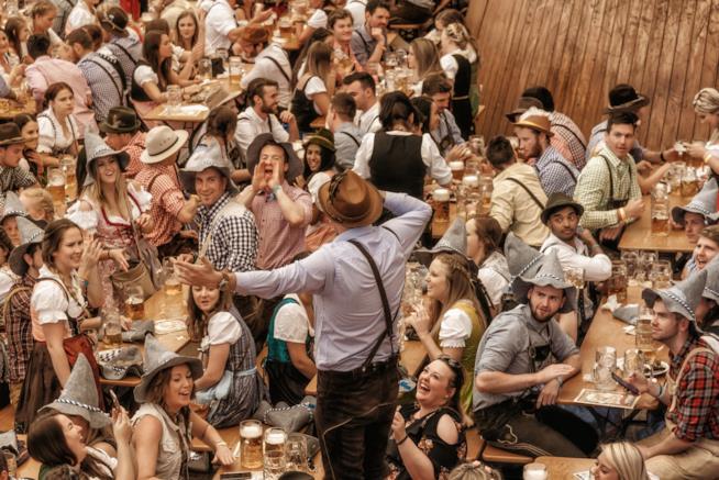 Brio e birra: scorcio all'interno di un padiglione dell'Oktoberfest