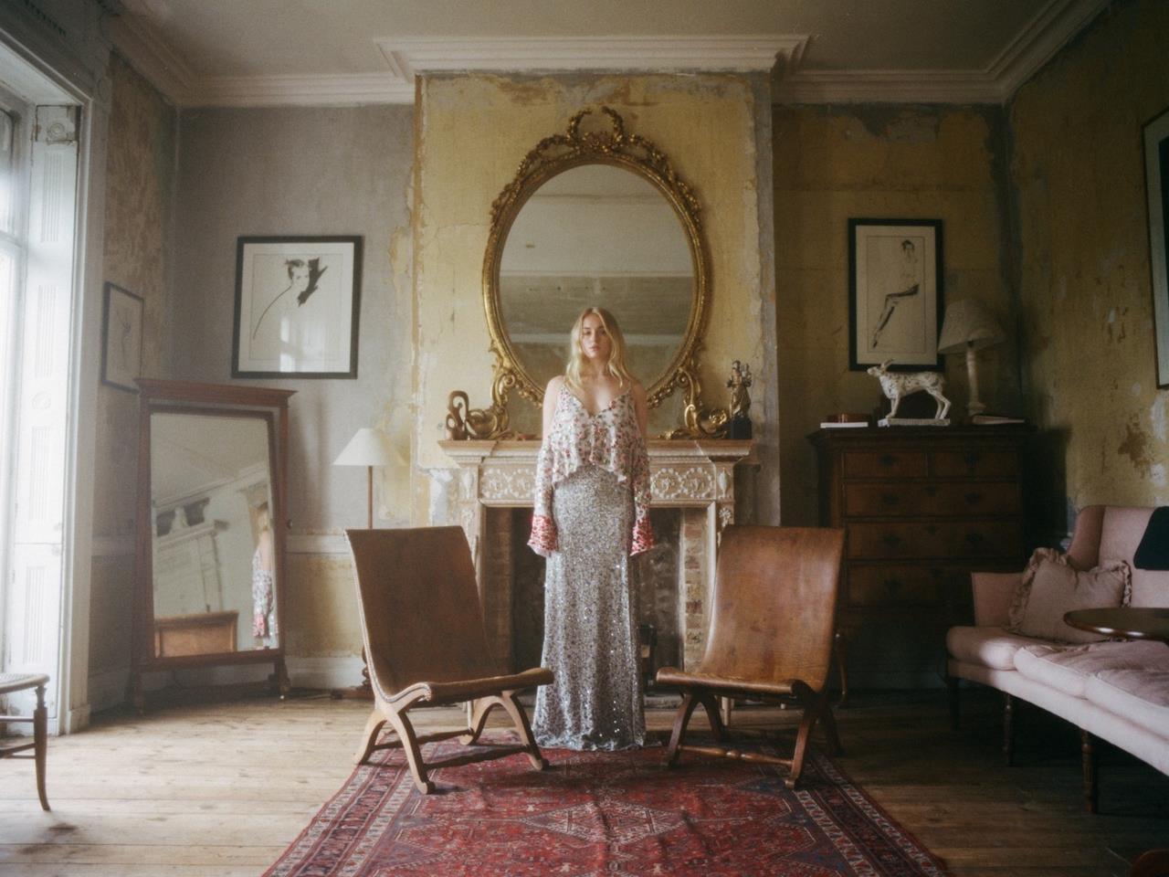 Sophie Turner al centro di una stanza, foto di Cole Sprouse
