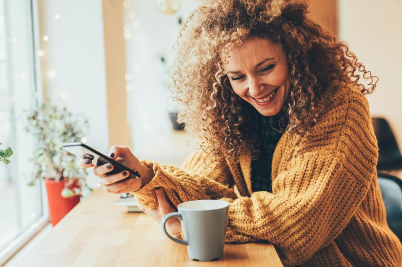 Una bella donna chatta con un uomo al cellulare