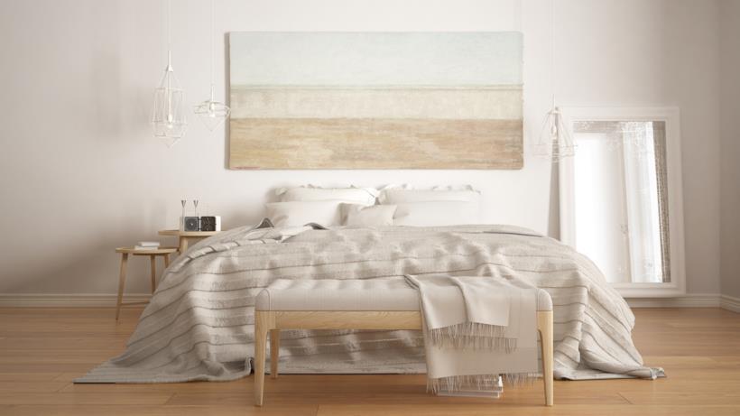 Camera da letto di colore chiaro con il parquet