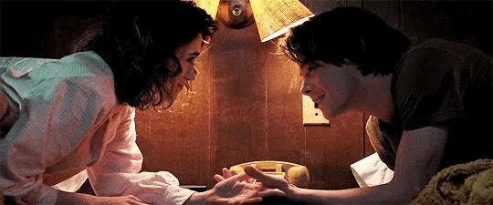 Natalia Dyer e Charlie Heaton in Stranger Things