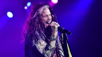 Steven Tyler canta