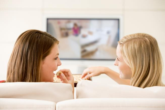 Due amiche guardano insieme una serie TV