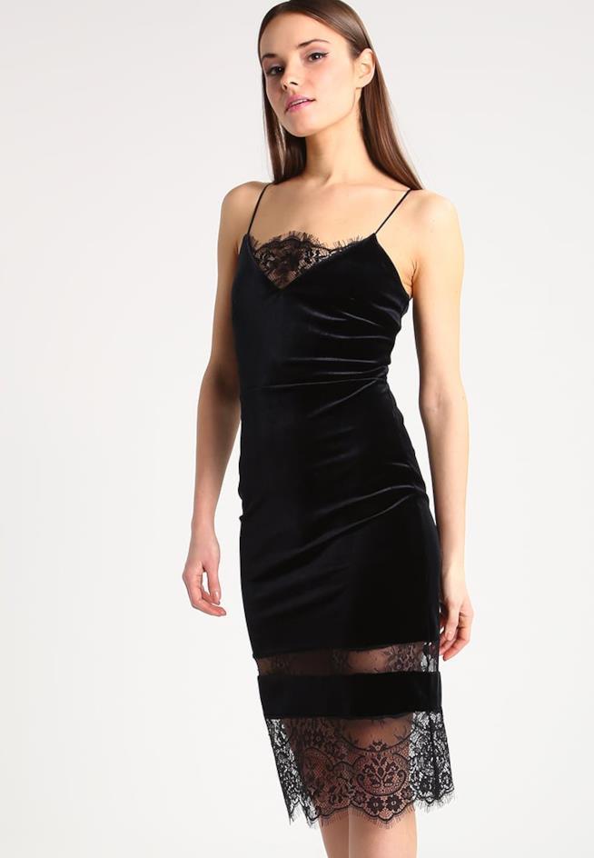 Modella indossa un abito nero in pizzo slip dress