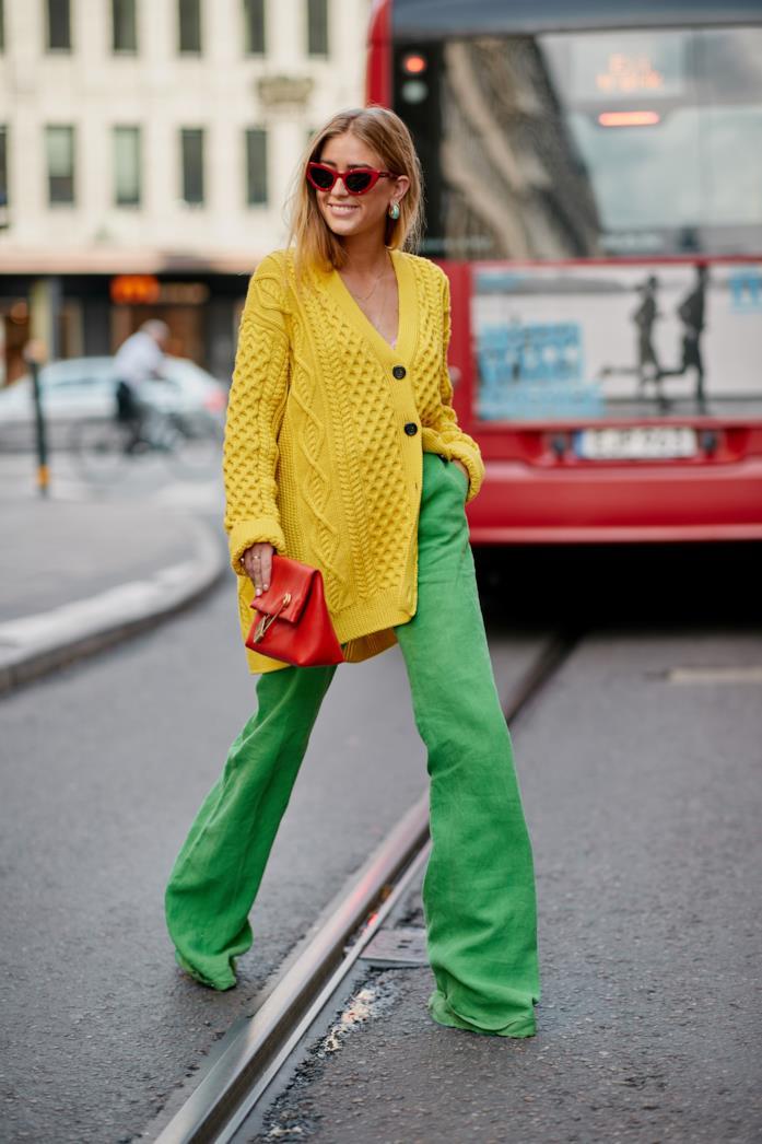 Pantaloni palazzo abbinati a maxi cardigan giallo