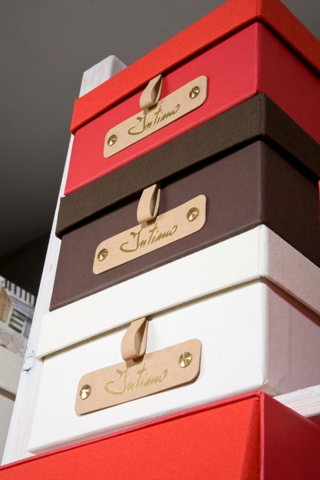 Quattro scatole colorate con etichetta intimo una sopra l'altra