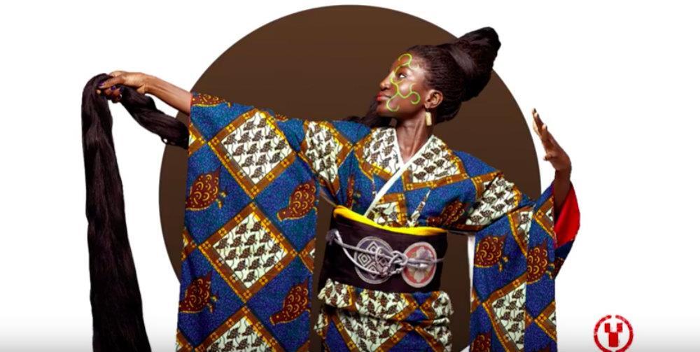 Un modello di kimono blu, bianco e marrone