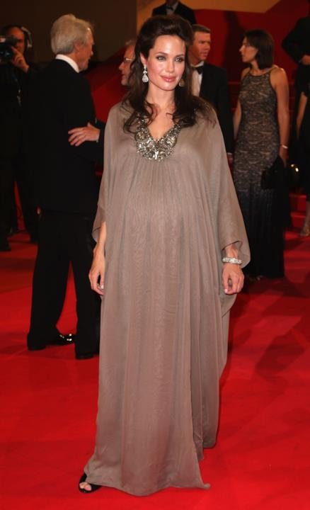 Uno dei look premaman di Angelina Jolie