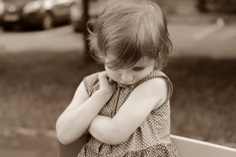 Bambina pensierosa