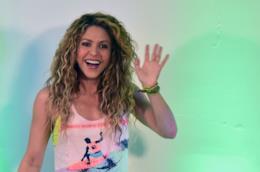 Shakira sorride e saluta i suoi fan.