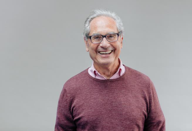 Un uomo anziano sorride