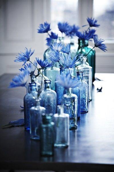 Centrotavola con bottiglie blu