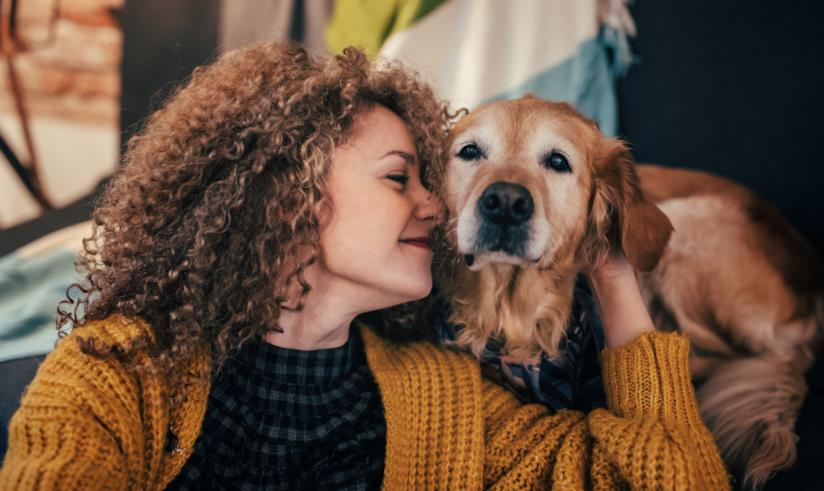 Una ragazza abbraccia un cane