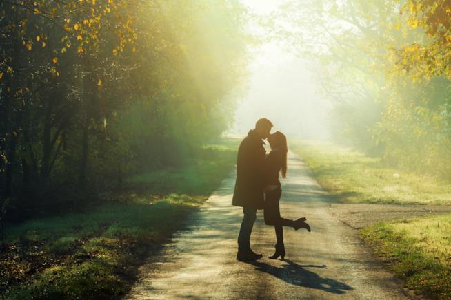 Fidanzati si baciano lungo un sentiero