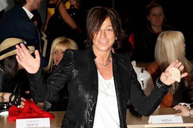 Gianna Nannini, in piedi, con una giacca nera e una t-shirt bianca