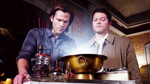 Sam Winchester e Castiel in una scena di Supernatural