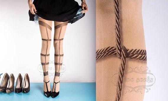 Calze tatoo con il disegno dei nodi
