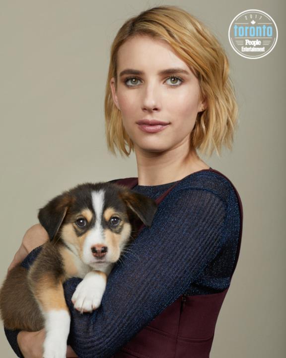 Emma Roberts tiene un cucciolo in braccio