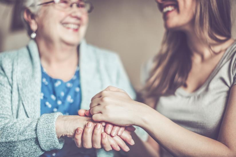 Due donne che si tengono le mani.