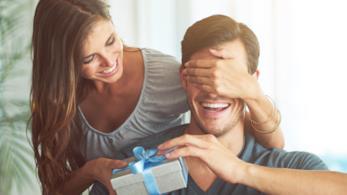 Una ragazza consegna un regalo ad un ragazzo