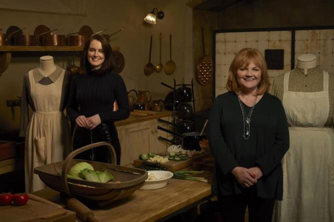 Sophie McShera e Leslie Nicols nel set della cucina di Downton Abbey