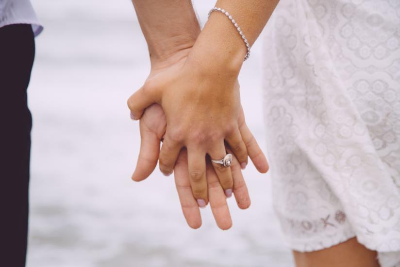 Coppia di innamorati che si tiene per mano