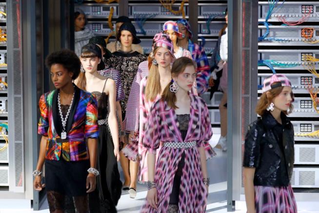 Alcune modelle in passerella durante la sfilata di Chanel