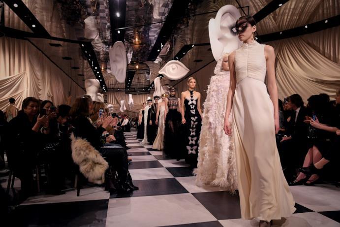 Giochi bianco e nero alla sfilata Dior