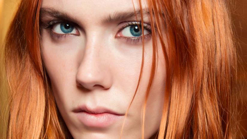 Rosso paprika di tendenza sui capelli