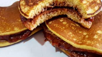 Due frittelle unite con marmellata di prugna