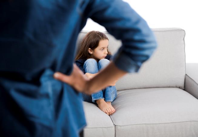 Bambina sul divano