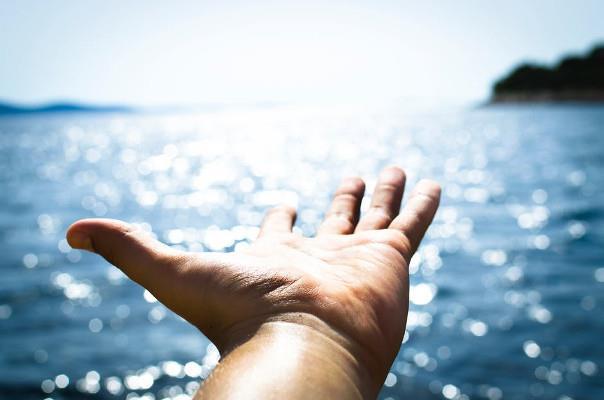 Una mano verso il mare