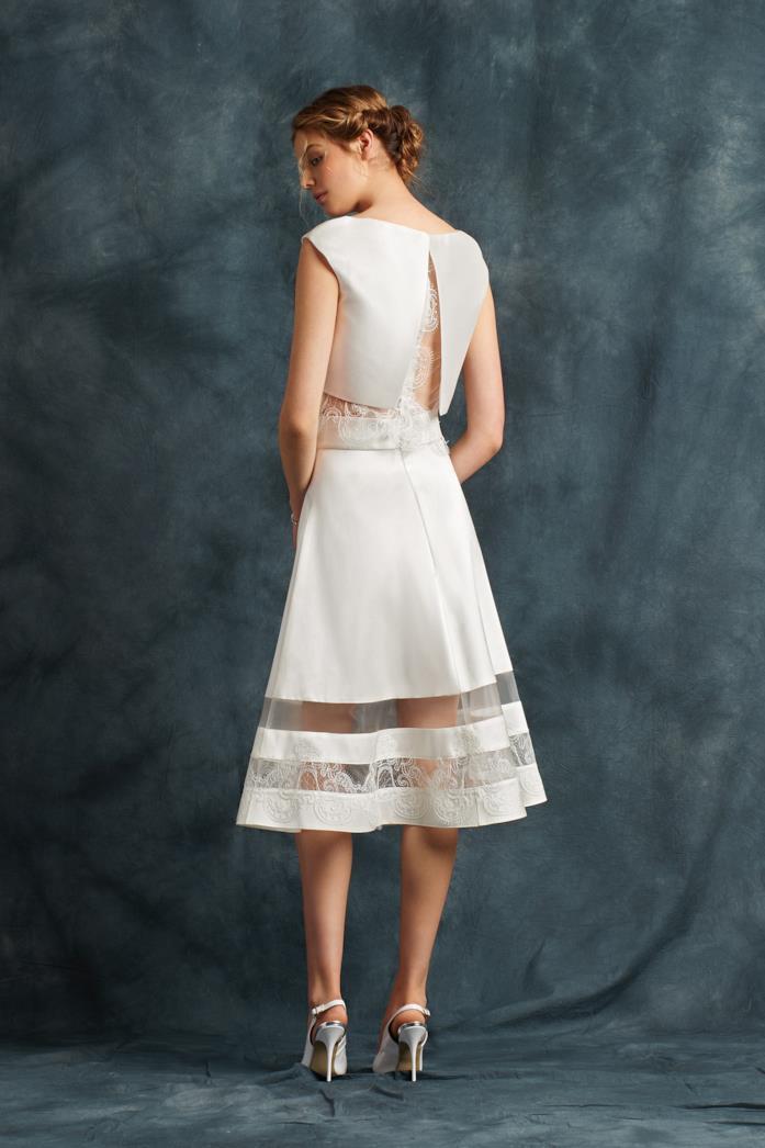 Modella indossa abito da sposa corto con crop top