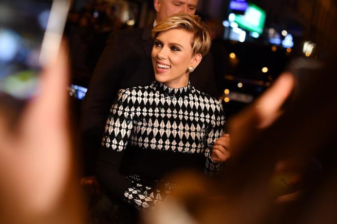 Scarlett Johansson in abito bianco e nero e accollato