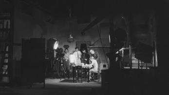 Una foto in bianco e nero scattata sul set dal regista e fotografo Francesco Pasinetti