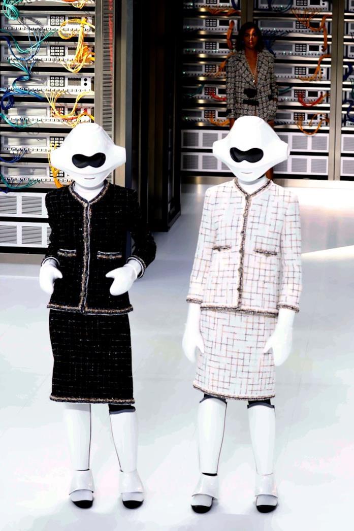 Le due modelle-robot viste in passerella da Chanel