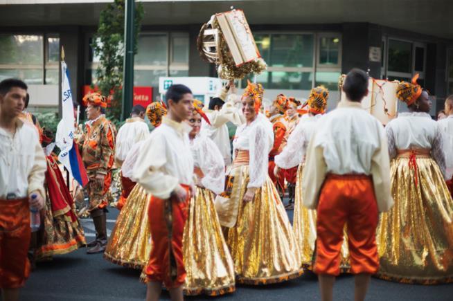 Uomini e donne in costumi tradizionali poco prima di unirsi alla sfilata del 12 giugno