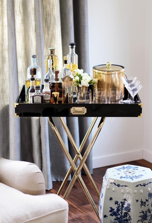 Tavolino collocato in sala vicino a un divano