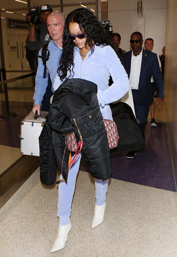 Rihanna in tuta di ciniglia all'aeroporto