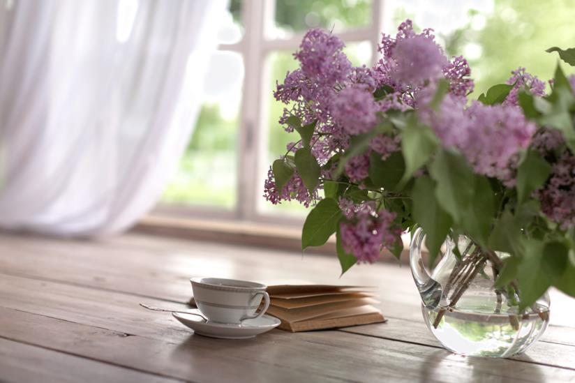 Vaso con i fiori vicino a un libro