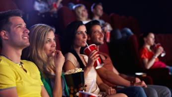 Persone al cinema che guardano un film
