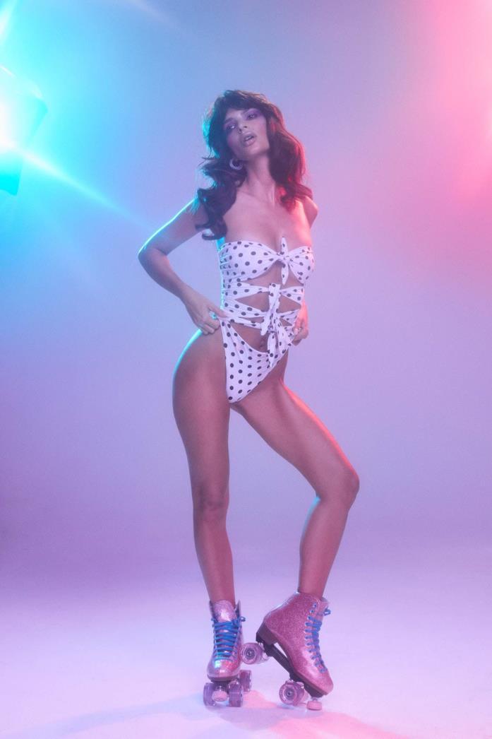 Emily Ratajkowski posa per la sua nuova collezione di beachwear