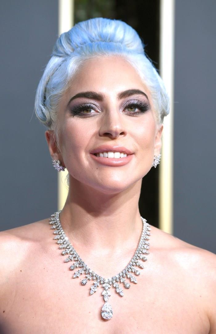 Lady Gaga in primo piano con i capelli blu