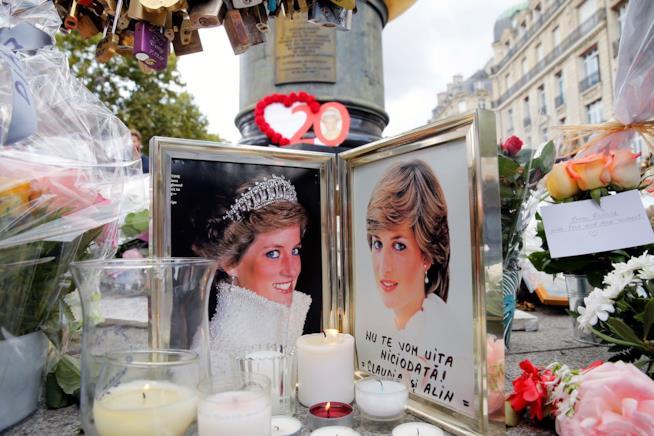 Fiori e lettere per la morte di Lady Diana