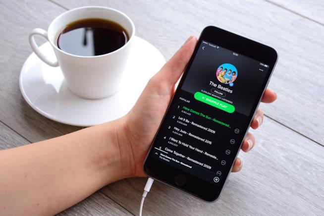L'app Spotify con una canzone dei Beatles