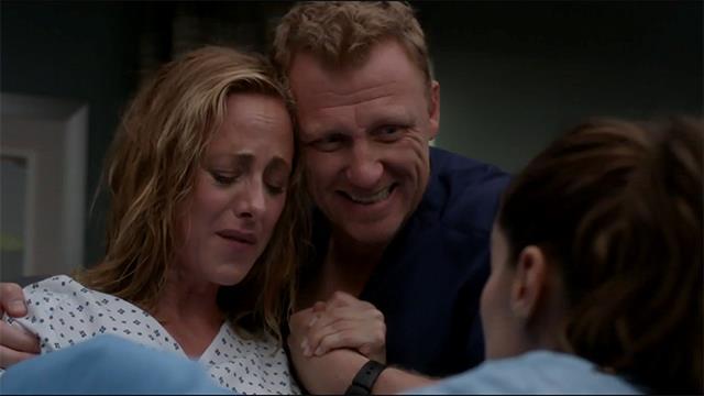 Teddy partorisce il figlio di Owen nel finale di Grey's Anatomy 15