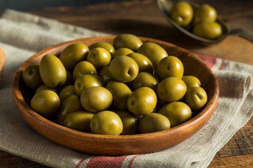 Una ciotola di olive verdi