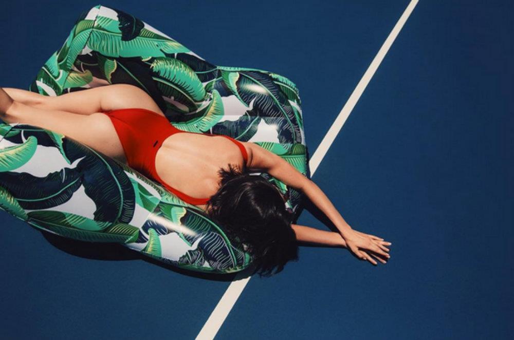 Kylie Jenner con il monokini rosso su un gonfiabile