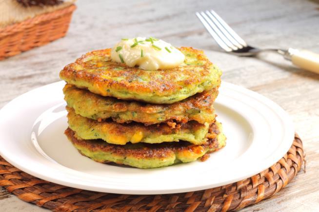 Pancakes alle verdure su piatto bianco rettangolare