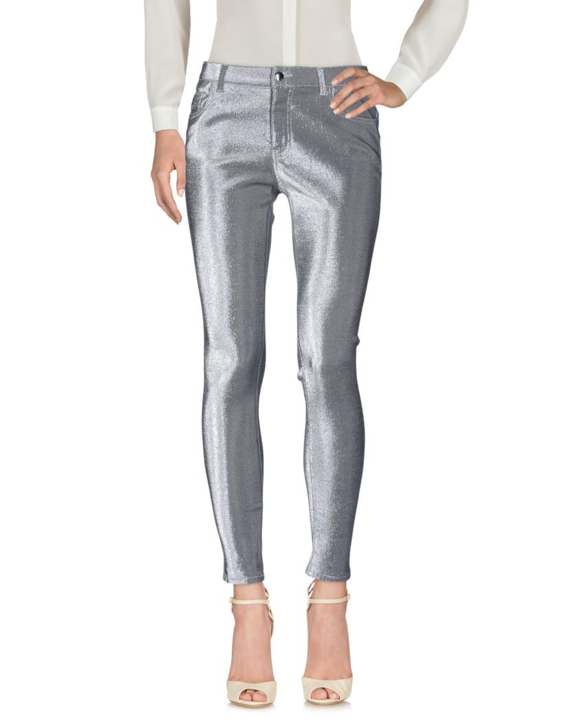 Sono in argento e in tessuto elasticiazzato i pantaloni realizzati da Pinko